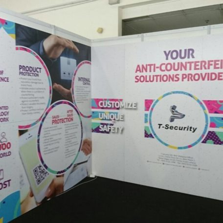 exhibition backdrop, shell scheme backdrop, backwall, cheap backdrop, exhibit wall, backdrop murah, taupaulin backdrop, best backdrop method for exhibition, formboard backdrop, exhibition deco, exhibition design, reusable backdrop